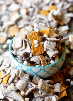 S'mores Muddy Buddies ~ Only 5 Ingredient Recipe! Yummy mixture of Golden Graham cereal, chocolate chips, peanut butter, confectioner's sugar and mallow bits! ~ http://www.julieseatsandtreats.com
