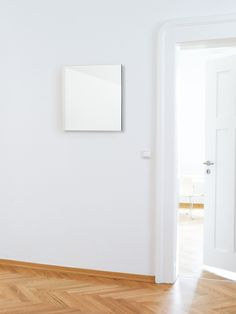 Aufklappbarer Wandspiegel zum Verdecken von Sicherungskästen, Safes oder ähnlichem. Design: Schönbuch Team
