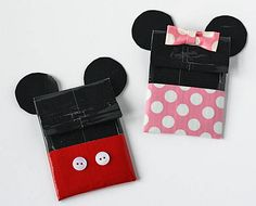 Do you have a Mickey and Minnie Mouse fan on your gift list? Make these adorable gift card holders from duct tape and give your gift cards in true Disney style! Step by step instructions will help you create these holders in a snap.