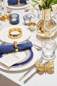>>Classy Chic<< Das schlichte weiße Porzellan und die puristischen Kristallgläser lassen sich ganz einfach mit opulentem Dekor-Geschirr upgraden. // Interior Design Inspiration Esszimmer Luxus Tischdekoration Tischdeko Teller Tassen Gläser Servietten Menü-Karten weiß blau gold Tisch Accessoires Deko Tafel Event