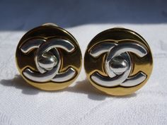 Chanel CC turnlock oorclip.