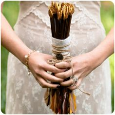 gold-glitter-arrow-bouquet-_-glitterweddings.com Photo Meghan Christine Photography