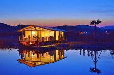 """※こちらの記事は2016年6月3日に公開されたものです 三重県にある「伊勢志摩エバーグレイズ」では、アウトドアでホテル並みのサービスが受けられる""""グランピング""""が楽しめます。 プライベートな水辺に佇むヴィラで、カヌーや水上キャンプファイヤ、アメリカンBBQなど、誰にも邪魔されない贅沢な時間が過ごせます。 宿泊者以外は入れないリッチな空間をちょっと覗いてみましょう。"""