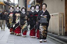 Shigyoshiki 2016 with…The Toshi- line of the Komaya okiya! The senior geiko Toshiyu (who is the one-san of all these Toshi- girls), the geiko Toshikana , Toshimana and Toshiteru with all the maiko...