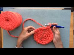 En este tutorial de Santa Pazienzia enseño cחחיחח ómo tejer un cesto con trapillo. Mode Crochet, Crochet Diy, Crochet Motifs, Crochet Stitches, Crochet Patterns, Knitting Videos, Crochet Videos, Crochet Bowl, Fabric Yarn