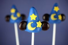 Sorcerer's Hat Cake Pops by Spoonful. Keep time in the kitchen as you use spatulas and mixing bowls to cook up a symphony of tasty treats in the form of Sorcerer's Hat cake pops. They're music to your taste buds! Mickey Cake Pops, Mickey Cakes, Cakepops, Cake Feta, Hat Cake, Pinterest Board, Pinterest App, Bakerella, Disney Food
