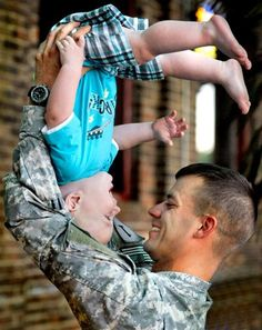 Sexy men with babies army men with kids and babies are so sexy Military Love, Military Families, Military Brat, Support Our Troops, Fathers Love, Foto Art, Coming Home, Family Love, Family Kids
