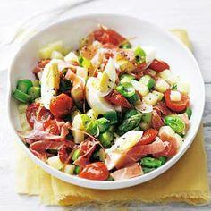 Huzarensalade nieuwe stijl - Allerhande - Met wat minder aardappel en meer groenten is dit een heerlijk slank zomers recept.