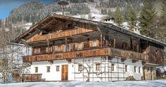 In sonniger Lage, eingebettet in grüne Wiesen und den Kitzbüheler Alpen liegt oberhalb der berühmten Gamsstadt #Kitzbühel dieses historische #Bauernhaus.