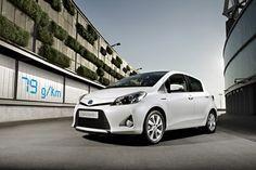 Toyota Yaris Full Hybrid heeft een CO2-uitstoot van slecht 79 gr/km hierbij de schoonste en krachtigste Toyota. In de stad rijdt deze auto tot wel 70% elektrisch. Klik op de foto voor meer informatie.