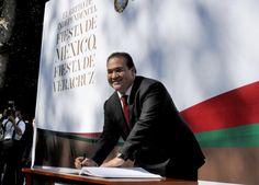 El gobernador Javier Duarte de Ochoa escribió una frase conmemorativa a la Independencia de México en el Libro de Honor.