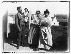 Gruppo di famiglia con bambino ripreso in terrazza (Sardegna fine '800)