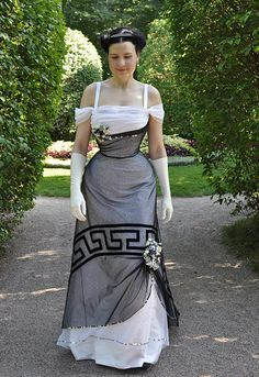 Old Fashioned Clothes : Before the Automobile: Edwardian evening gown - Edwardian Fashion Victorian Era Fashion, Victorian Costume, Vintage Fashion, Vintage Beauty, Vintage Gowns, Vintage Outfits, Edwardian Gowns, Fashion Models, Fashion Outfits