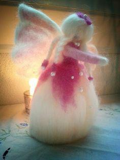 Haltioiduin keijukaismaailmasta! Tänään syntyi Kukkaiskeiju Enkeli, neulahuovutettu nukke. Tämä seisova nukke on n. 20 cm korkea, tehty hienoimmasta merinovillasta ja hänellä on myös helmikoristeita. Tein hänet rakkaudella ja kärsivällisyydellä, monilla yksityiskohdilla. Hän on täynnä rakkautta, onnellisuutta ja hiljaisuutta ja tuo näitä ominaisuuksia uuteen kotiinsa. Hän voi tehdä jonkun onnelliseksi, voit antaa hänet lahjaksi tai laittaa kotiisi tai puutarhaasi koristeeksi ❤ Today was this…