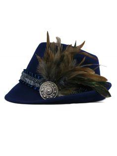 <strong>Goldstich - Exklusivserie - Designerhut</strong><br />Trachten- und Dirndlhut mit echter Feder und blauem Satinband und wunderschöner Brosche. Die echte Feder und die Brosche geben diesem Hut noch das gewisse Etwas. [Unser Preis: 119,00€]