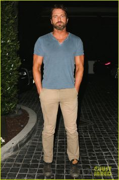 Gerard Butler Brings His Buff Bod Out to Dinner with Some Pals | gerard butler brings his buff bod to dinner with friends 02 - Photo