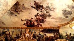 Los mismísimos dioses del Olimpo descienden de los cielos para mostrarnos la historia de la danza en estas pinturas de Máximo Juderías Caballero que envuelven las paredes de la sala de baile.
