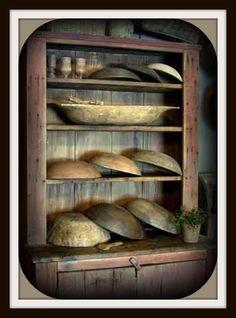 oooooooooooohhhhhh.....*sigh* look at those trenchers, bowls, and cabinet