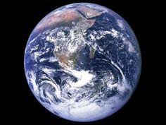 La Terre est la troisième planète du système solaire. Elle tourne autour du Soleil en 365.25 jours et sur elle-même en 1 jour.L'atmosphère terrestre est composée à 75% d'azote, 21% d'oxygène ainsi que des traces d'argon de bioxyde du carbone et d'eau. Elle possède un seul satellite la Lune orbitant à environ 300000 km. Il s'agit également du seul endroit connu dans l'univers où se trouvent la vie, des êtres vivants et une forme d'intelligence.
