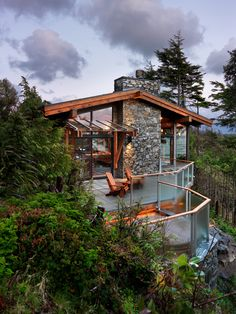 Get a load of this beaut, designed by Leith Anderson and built by Coastal Construction . being enveloped in a west coas. Country Modern Home, Modern Mountain Home, Mountain House Plans, Mountain Homes, Amazing Architecture, Architecture Design, Houses On Slopes, Patio Railing, Weekend House