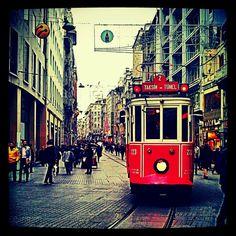 """Fußgängerzone. İstiklal Caddesi in İstanbul, İstanbul. Wunderschöne alte Buchläden, Cafés und Süßigkeitengeschäfte. Bei Hack Bekir gibt es den besten Türkischen Honig """"Lokum""""."""