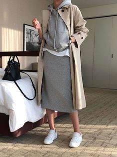 New Skirt White Sneakers Trench Coats Ideas trench coat outfit trench coat outfit . Sneakers Fashion Outfits, Mode Outfits, Stylish Outfits, Sneaker Outfits, Casual Sneakers Outfit, Sporty Outfits, Fashion Clothes, Batman Outfits, Formal Outfits