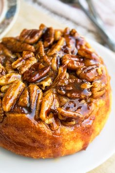 Homemade, easy caramel pecan sticky buns recipe, made with simple ingredients from scratch. These sweet rolls are the best and loaded with cinnamon, pecans. Pecan Cinnamon Rolls, Pecan Rolls, Cinnamon Pecans, Caramel Rolls, Caramel Pecan, Köstliche Desserts, Delicious Desserts, Dessert Recipes, Breakfast Recipes