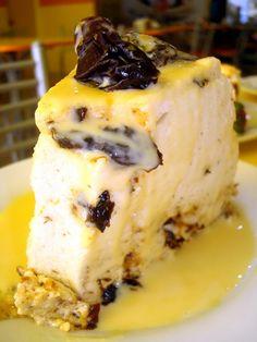 Bavarois de guindones / Prune bavarois Peruvian Desserts, Peruvian Cuisine, Peruvian Recipes, Prune, My Dessert, International Recipes, Food Art, Sweet Recipes, Cake Decorating
