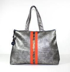 Hi Spring! Gray and coral Weekender Bag. 23 x 16.5 Cotton interior with 2 inside pockets. 9 shoulder drop. Zipper closure. UNIQUE ITEM!