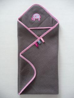 De badcape / omslagdoek wafel is gemaakt van een mooi dik wafelkatoen met badstof aan 1 kant en heeft een ophanglus. De omslag doek is ook te bestellen in kleur, afwerking  en maat naar wens.