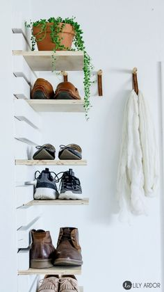 Schuhablage Creative DIY shoe storage ideas to keep all of your shoes. 20 different DIY shoes . Shoe Rack Organization, Diy Shoe Storage, Diy Shoe Rack, Entryway Organization, Storage Ideas, Shoe Racks, Diy Shoe Organizer, Hanging Shoe Storage, Diy Rack