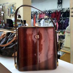 Olha que bolsa linda, estruturada, envernizada com acabamento chique e dourado.