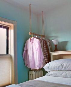 Opte por um armário de teto, em vez de seu guarda-roupa padrão. | 36 maneiras geniais de esconder as coisas desagradáveis que existem na sua casa