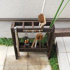 ガーデン用具をすっきりまとめて収納できる、コンパクトな木製ツールスタンドです。 Home Garden Design, Home And Garden, Garden Beds, Wine Rack, Ladder Decor, Diy And Crafts, Upcycle, Planters, Woodworking