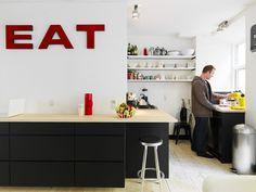 """Grote metalen letters """"eat"""" en een zwarte boventoon in deze industriële keuken   Binnenkijken bij Janus en Betina (via woonstijl)"""