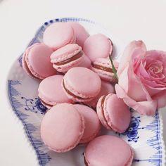 De mest delikate franske små kager, nærmere betegnet macarons. Disse er helt præcis sprøde macarons med fyld saltkaramel. Helt utroligt uimodståelige.
