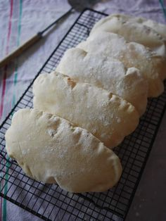 Aujourd'hui j'avais besoin de pains plats que je puisse fourrer pour déguster notre repas du soir (si c'est bon je vous en reparle très vite). Je suis partie sur la Pita, un pain qui gonfle en cuisant et qui ainsi peut servir une fois ouvert d'assiette...