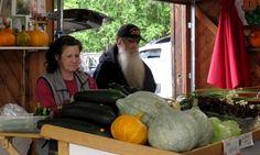 MarketenderInnen bieten ihre Waren feil. Foto: Doris Filing