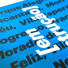 Azul, blanco y negro: tres colores intensos y vibrantes para captar la vista. ¡Imposible apartar la mirada de este libro realizado con papel de Guarro Casas! 🔵⚫⚪ Company Logo, Logos, Projects, Inspiration, Pickup Lines, Happy, Blanco Y Negro, Blue Nails, Rich Colors