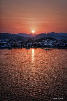 Sunrise over de port of Myrina in Lemnos Island, Lesvos, North Aegean_ Greece Beautiful Sunset, Beautiful World, Beautiful Places, Amazing Places, Samos, Greek Islands, Ciel, Santorini, Athens