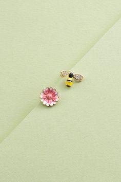 Spring fling bee and flower stud earrings.