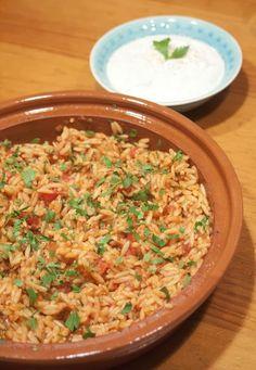 Kritharaki wordt vaak, onterecht, Griekse rijst genoemd. Kritharaki wordt echter gemaakt van harde tarwe griesmeel en is daarmee pasta. In de Griekse keuken wordt Kritharaki meestal aangeboden als bijgerecht in een tomatensaus maar ook als ovenschotel met rund of lamsvlees. Ook wordt de Kritharaki vaak gebruikt in soepen. Vandaag maakten we de Kritharaki als bijgerecht naast een fijne Griekse salade van ijsbergsla, komkommer, tomaat, olijven en fetakaas en gyros als vleesgerecht.Voor 4… Orzo, My Kitchen Rules, Greek Recipes, Bbq, Food And Drink, Rice, Healthy Recipes, Snacks, Dinner