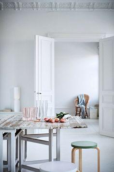 Ideas de cómo decorar con un taburete, con una selección de los mejores diseños How to decorate with a stool, with a selection of the best designs