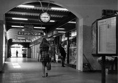 De voetgangersbrug bij Station Amersfoort waar passagiers veilig en snel over het spoor naar de andere perrons konden (1970) Utrecht, Holland, Nostalgia, The Nederlands, The Netherlands, Netherlands
