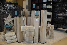Sternen oder Herzen aus Holz, Kerzen in Holzsäulen gesteckt, Holz, Natur, Dekoration. Ladenimpression.