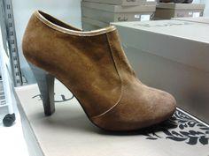 Sapato abotinado em camurça cor camel Ref. 169 - 44,55€