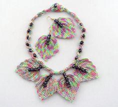 Hand gehäkelt mit mehrfarbiger Anker Pearl Baumwollfaden und beendete mit Swarovski-Perlen, die dieser Satz leicht und angenehm zu tragen ist.    Halskette Länge ca.: 45 cm Länge, befestigt es mit Wulst auf der Rückseite.  Blätter misst ca.: 5 x 5,5 cm Ohrringe ca.: 5, 5 x 5,5 cm vergoldet Haken haben.    Kommt in hübschen Organza-Beutel.    Alle meine Stücke sind aus dem Herzen gemacht und sorgfältig in Handarbeit mit Liebe zum Detail von Anfang bis Ende in einem rauchfrei.