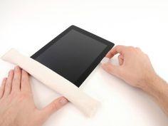 *Étape 9* Pendant que le bord inférieur est chauffé par l'iOpener, commencer à relâcher l'adhésif à partir du bord droit de l'iPad.
