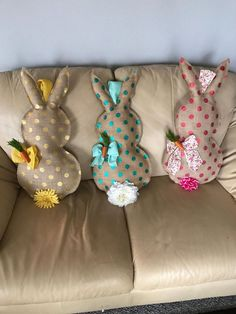 Polka Dot Burlap Easter Bunny by CourtedWreaths on Etsy Rabbit Crafts, Bunny Crafts, Spring Crafts, Holiday Crafts, Diy Osterschmuck, Easter Pillows, Diy Ostern, Easter Projects, Diy Easter Decorations