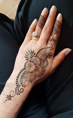Simple and easy mehndi designs for hands full collection. Palm Mehndi Design, Peacock Mehndi Designs, Pakistani Mehndi Designs, Latest Arabic Mehndi Designs, Mehndi Designs For Beginners, Mehndi Designs For Fingers, Mehndi Patterns, Mehndi Design Images, Mehndi Art Designs